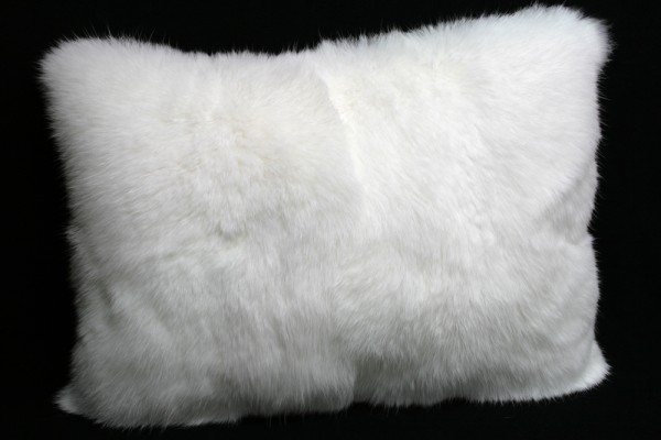 Pelzkissen aus langhaarigen Kaninfellen in weiß