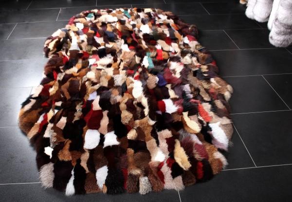 Fellteppich aus Fuchsseiten in Multicolor in natürlicher Form