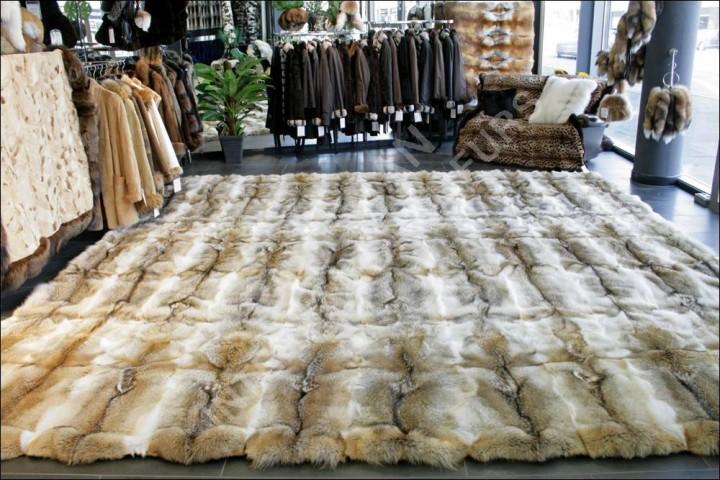 exklusiver fellteppich aus kojotenfellen in 400 x 400 cm. Black Bedroom Furniture Sets. Home Design Ideas