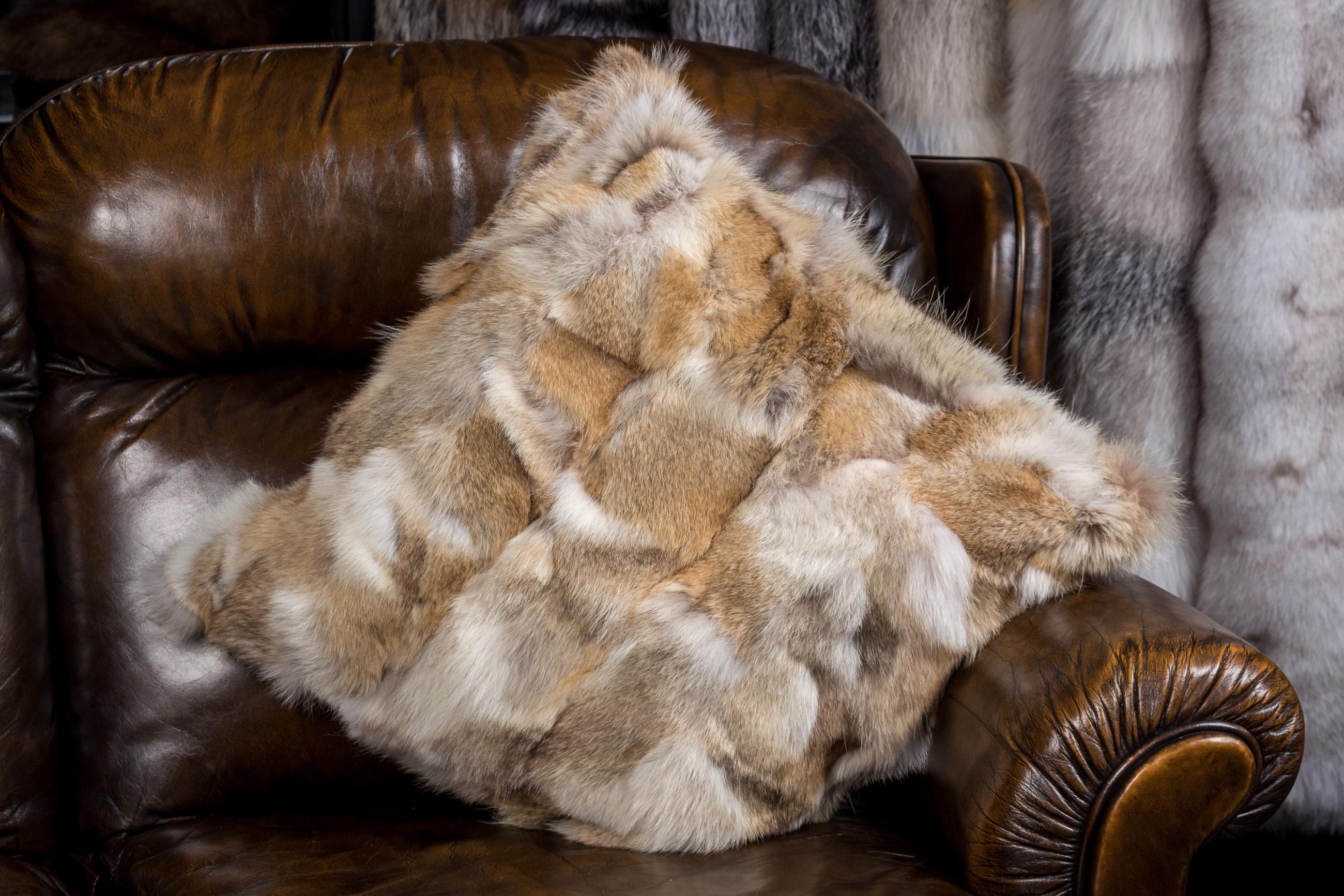rustikales fellkissen aus kojotenst cken aus echtpelz. Black Bedroom Furniture Sets. Home Design Ideas