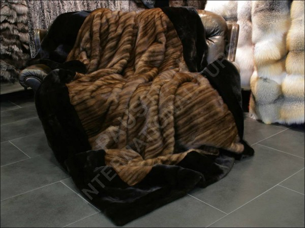 Pelzumarbeitung in eine Nerzdecke aus Nerzmänteln