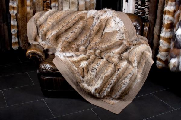 Pelzumarbeitung in eine Luchsdecke aus Luchsmänteln
