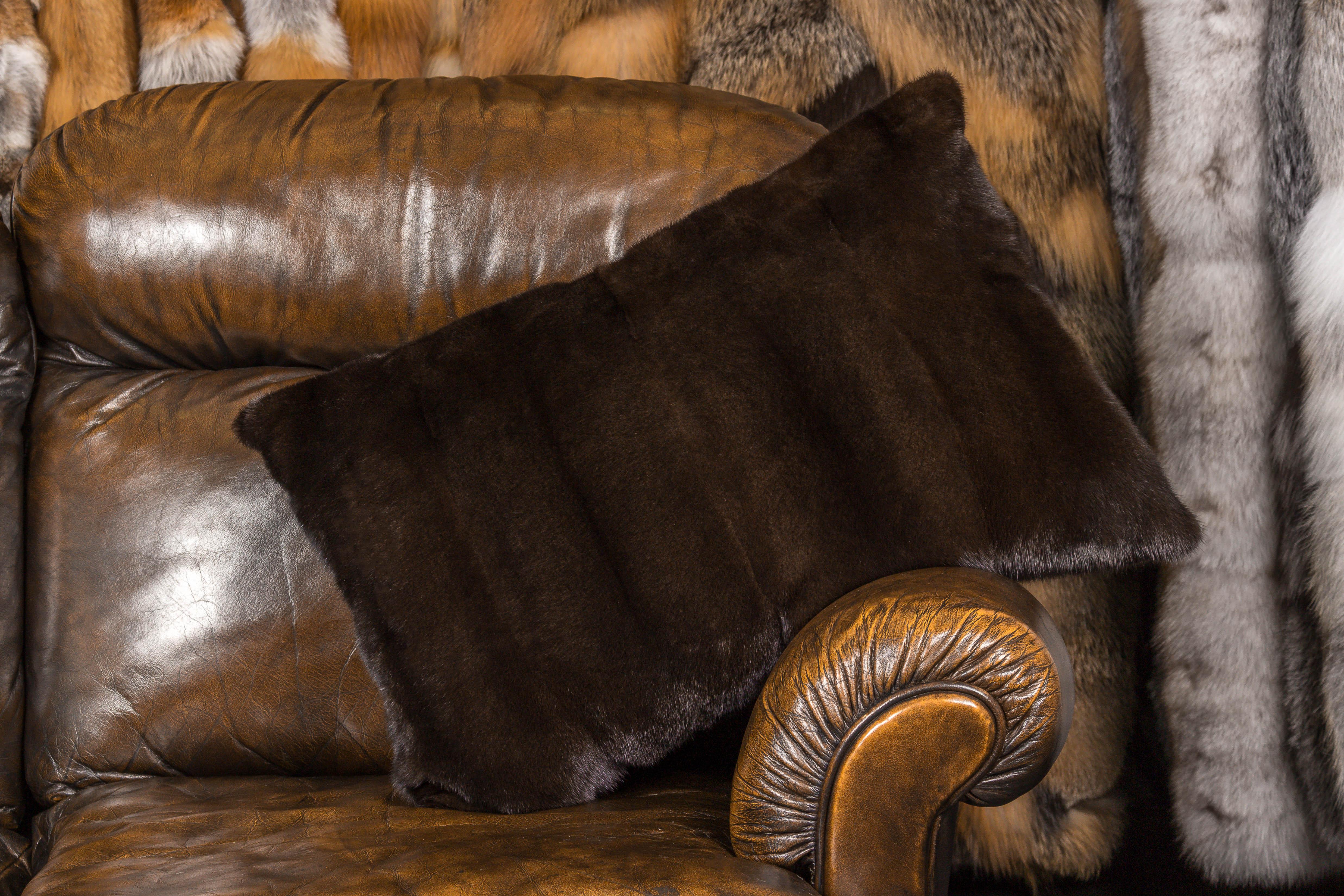 nobles nerz fellkissen mit gerupfter nerz r ckabf tterung. Black Bedroom Furniture Sets. Home Design Ideas