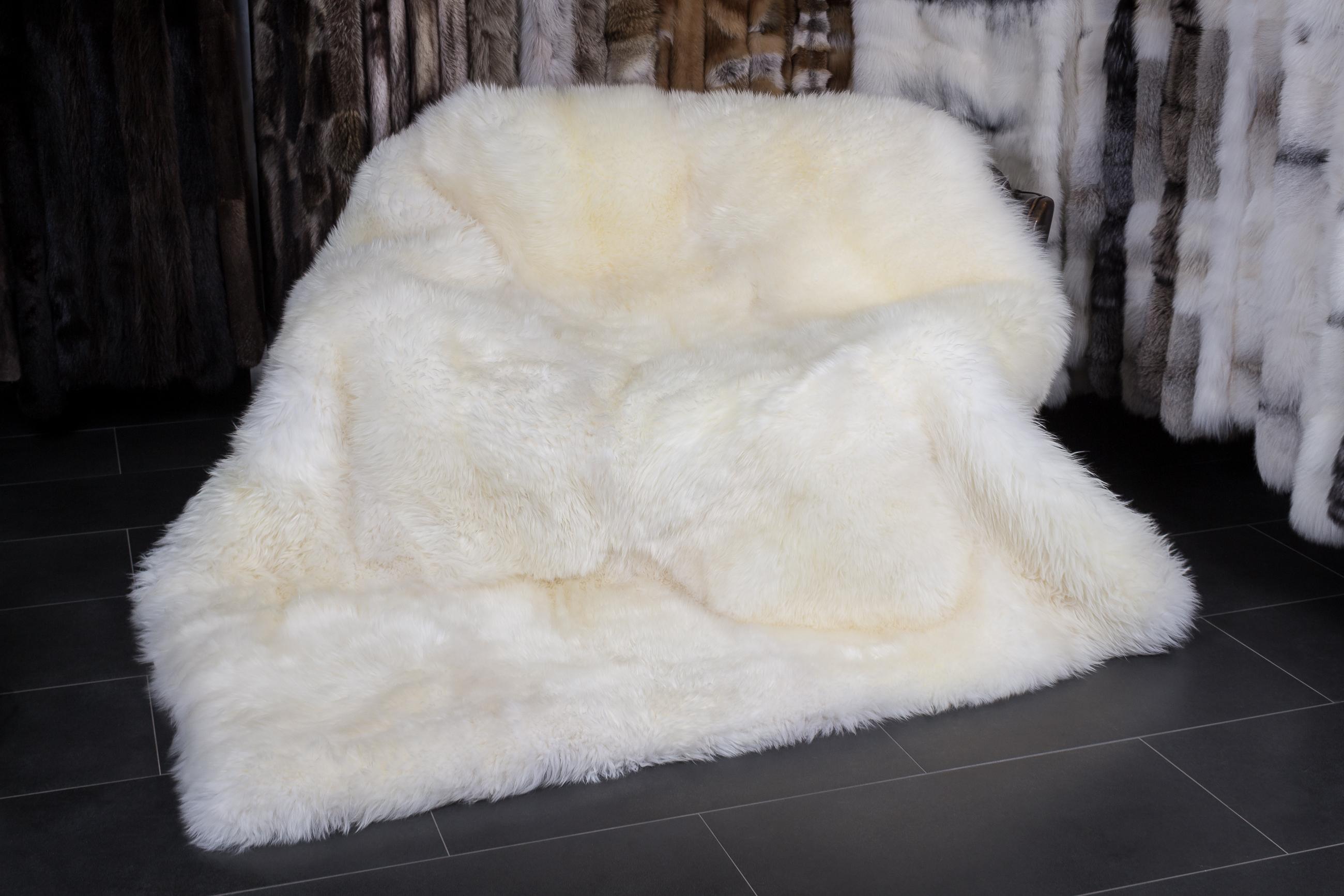 naturbelassene wei e lammfell decke oder teppich. Black Bedroom Furniture Sets. Home Design Ideas